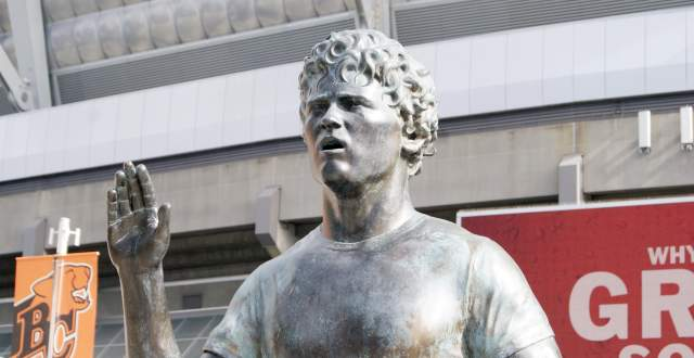 terry-fox-statue-outside-gm-place | Vancouver's Best Places | 640 x 330 jpeg 28kB